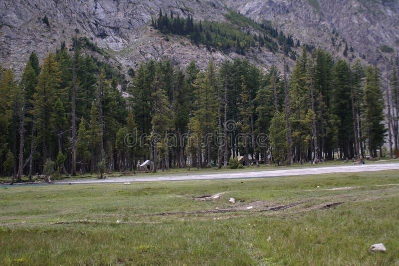 Casa de campo entre pedras das montanhas da floresta fotos de stock