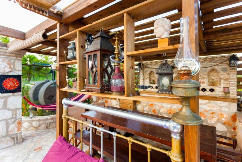 Casa de campo exterior com decoração foto de stock