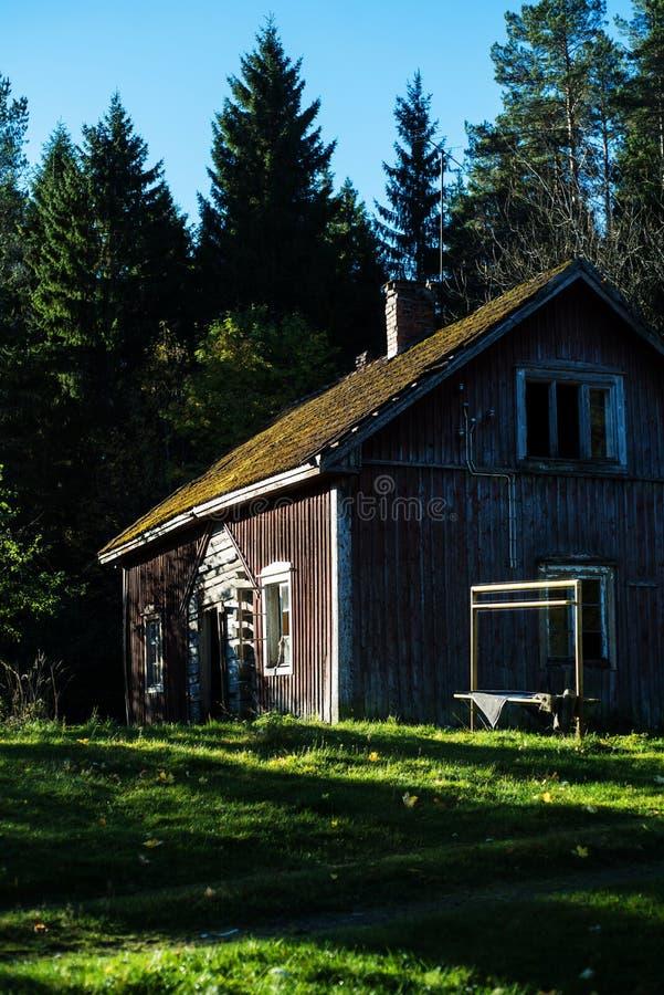 Casa de campo finlandesa tradicional velha imagens de stock