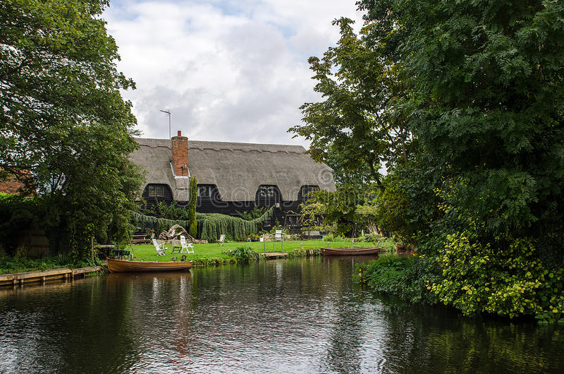 Casa de campo Flatford de Thatached fotos de stock royalty free