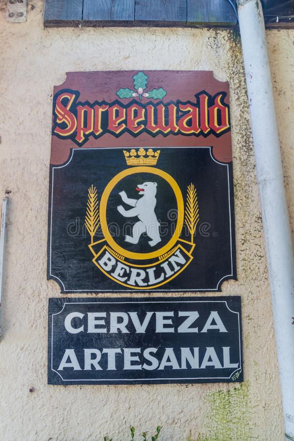 CASA DE CAMPO GENERAL BELGRANO, ARGENTINA - 3 DE ABRIL DE 2015: Casa de campo General Belgrano do cartaz da cerveja de Spreewald, fotos de stock