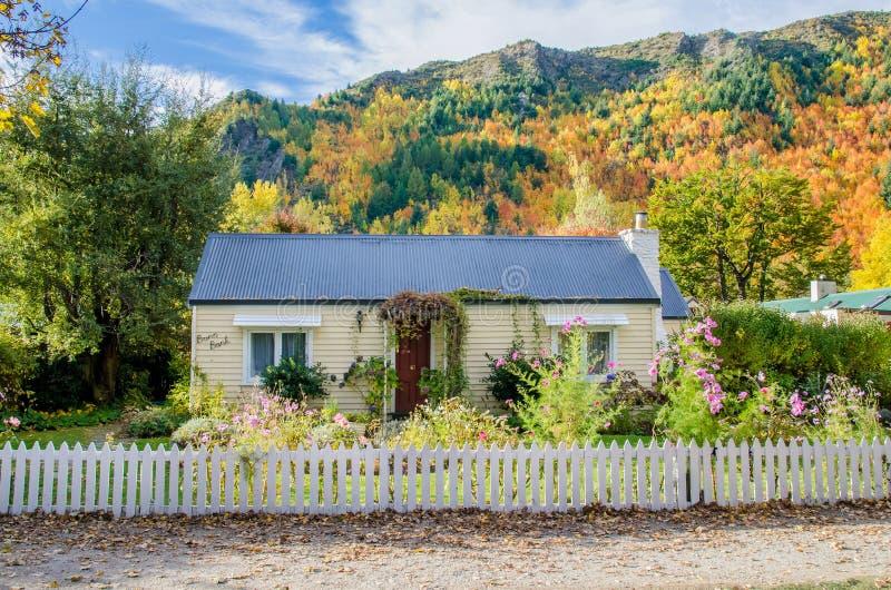 Casa de campo histórica com o jardim bonito em Arrowtown, Nova Zelândia imagens de stock royalty free