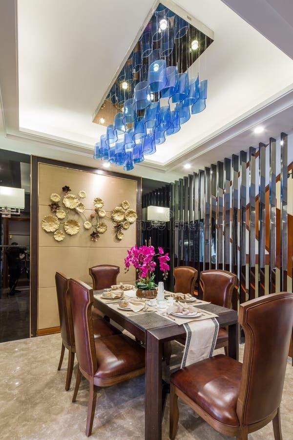 Casa de campo home interior luxuosa moderna da decoração da sala de jantar do projeto foto de stock royalty free
