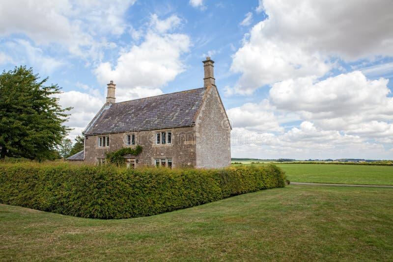 Casa de campo inglesa típica do país Casa da quinta rural do campo foto de stock