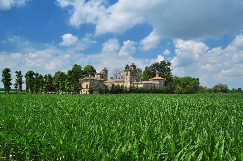 Casa de campo italiana e paisagem do campo de lombardy fotos de stock royalty free