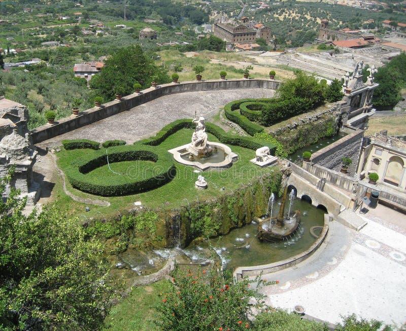 A casa de campo italiana jardina panorâmico imagens de stock