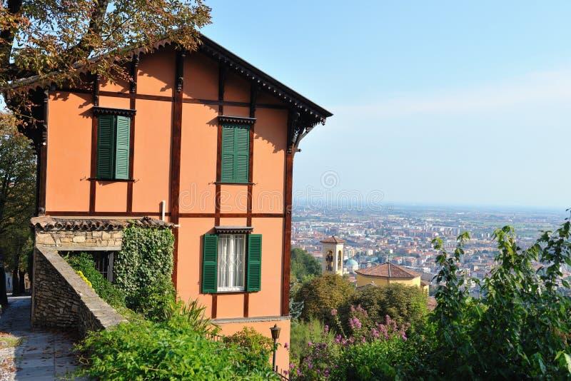 Casa de campo italiana que negligencia Bergamo, Lombardy, Italy imagem de stock royalty free