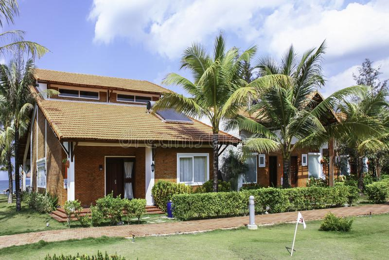 Casa de campo luxuoso com o exterior bonito situado no recurso fotos de stock