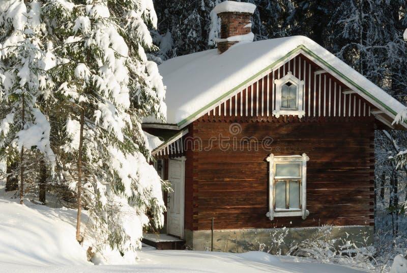 Casa de campo de madeira abandonada velha na floresta nevado do inverno foto de stock