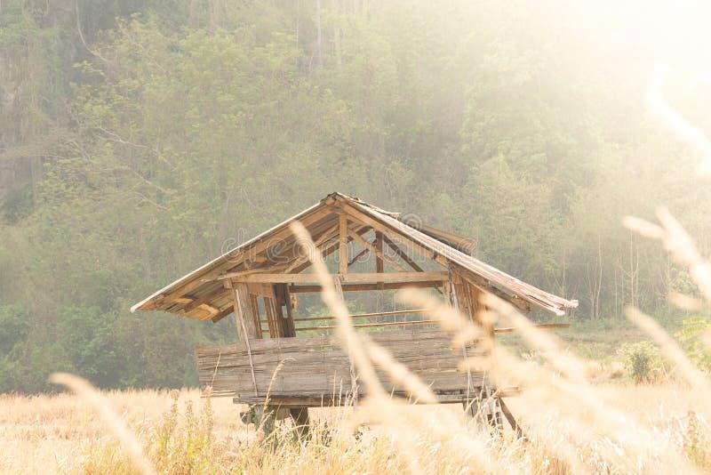 Casa de campo de madeira em um campo de grama da missão fotografia de stock