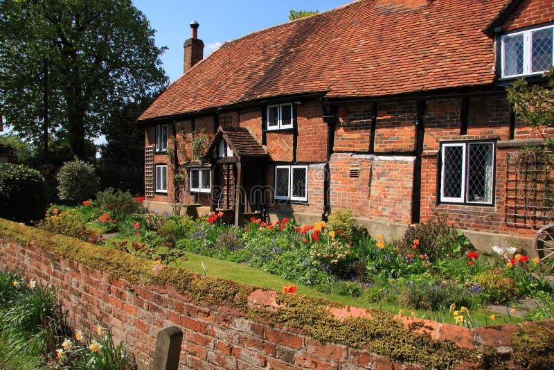 Casa de campo medieval do tijolo e da madeira imagem de stock
