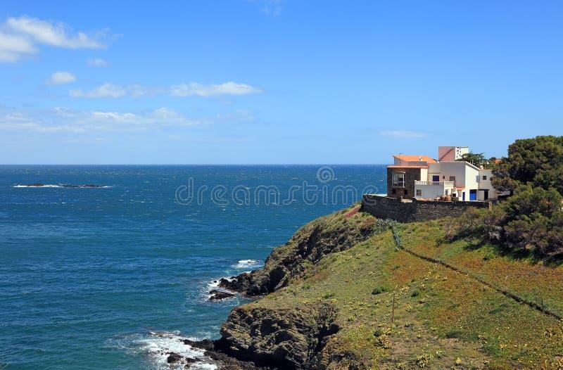 Casa de campo mediterrânea no seashore. fotos de stock royalty free