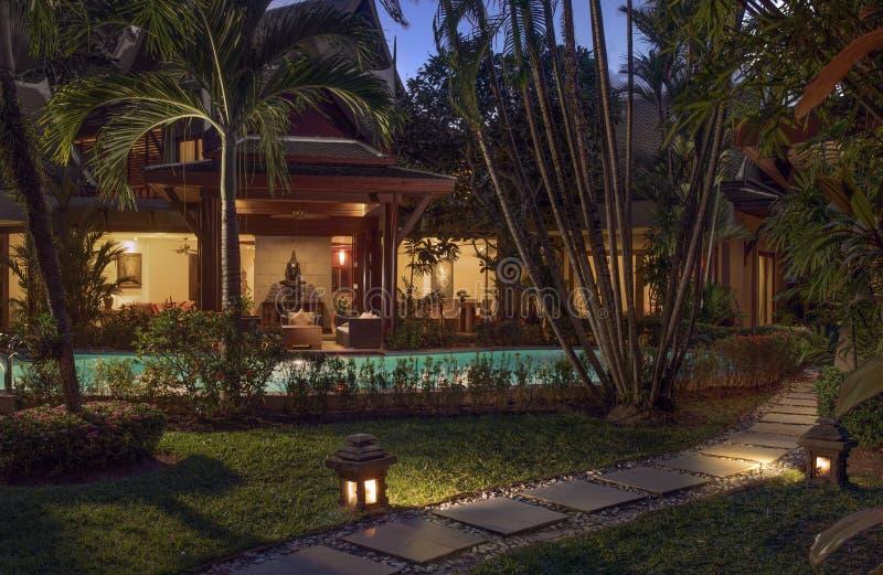 Casa de campo moderna agradável durante o crepúsculo imagem de stock