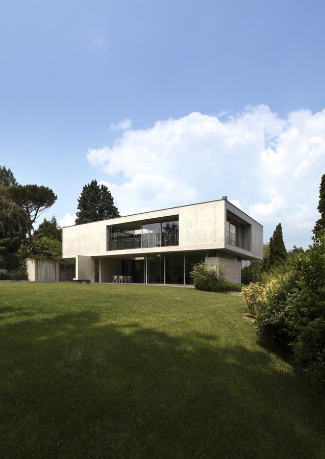 Casa de campo moderna cercada pela natureza foto de stock