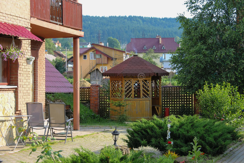 Casa de campo moderna com patamar e varanda imagem de stock royalty free