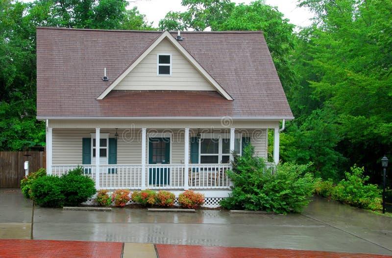 Casa de campo na chuva imagem de stock royalty free
