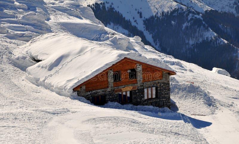 Casa de campo na neve imagens de stock