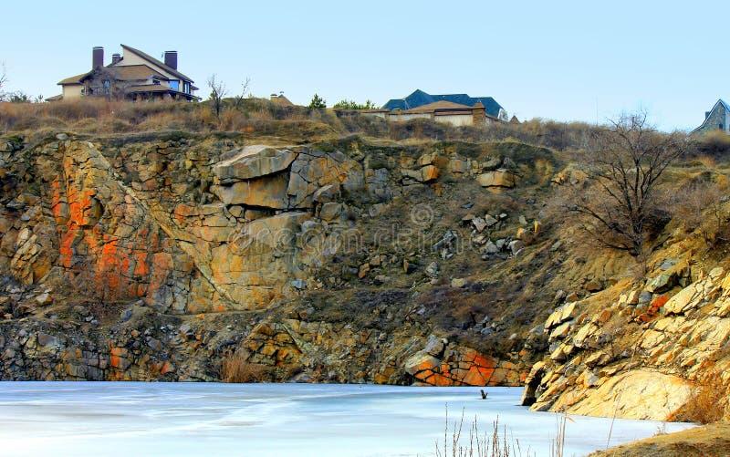 Casa de campo na rocha bonita imagens de stock royalty free