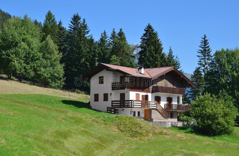 Download Casa De Campo Na Vila Alpina Foto de Stock - Imagem de europa, jardim: 29834770