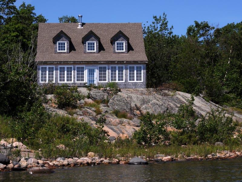 Casa de campo nas rochas foto de stock