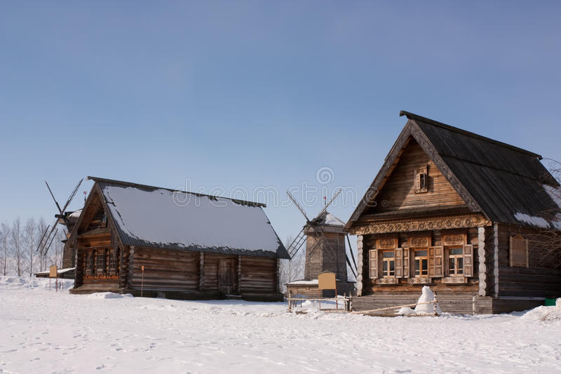 Casa de campo no dia de inverno fotos de stock