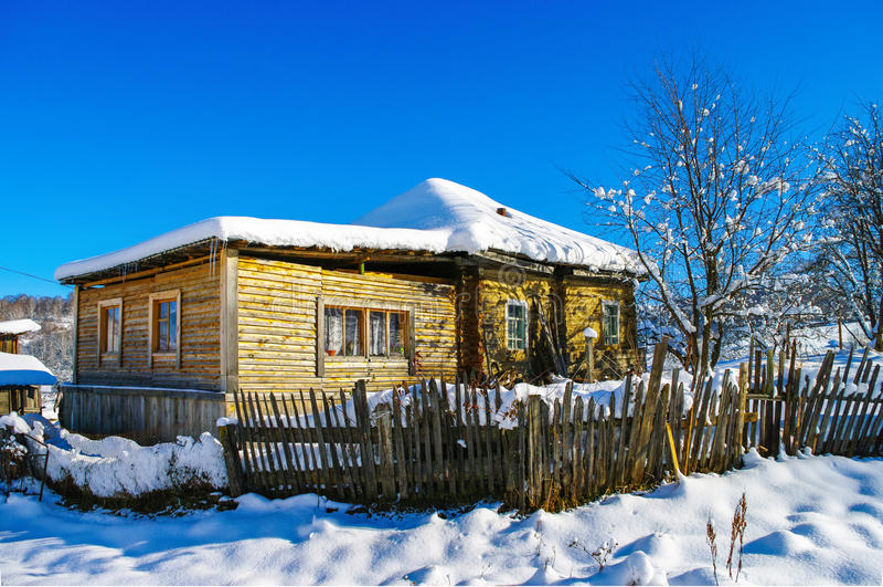 Casa de campo no inverno em um dia ensolarado fotografia de stock