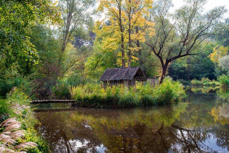 Casa de campo no lago fotografia de stock