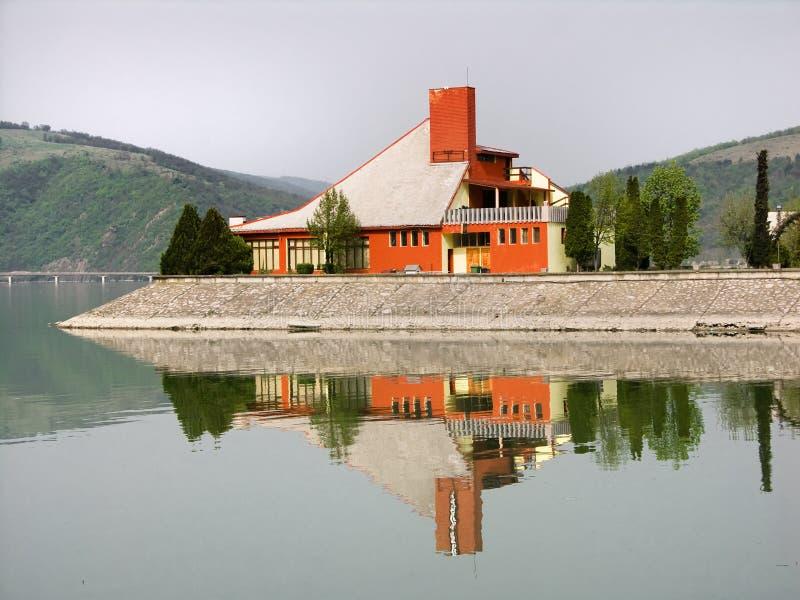 Casa de campo no lago fotografia de stock royalty free