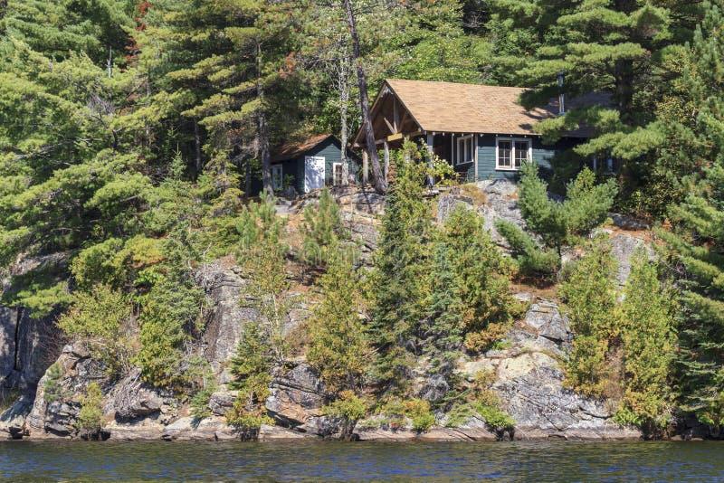 Casa de campo no lago canoe fotos de stock royalty free
