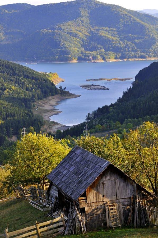 Casa de campo no lago da montanha fotografia de stock
