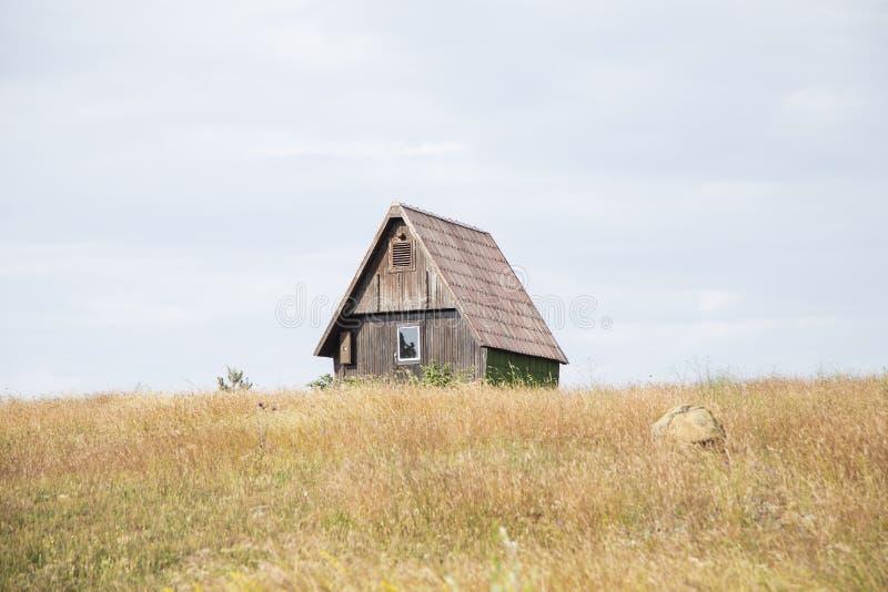 Casa de campo no monte imagens de stock royalty free