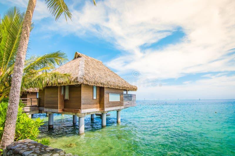 Casa de campo de Overwater na praia de Tahiti foto de stock royalty free