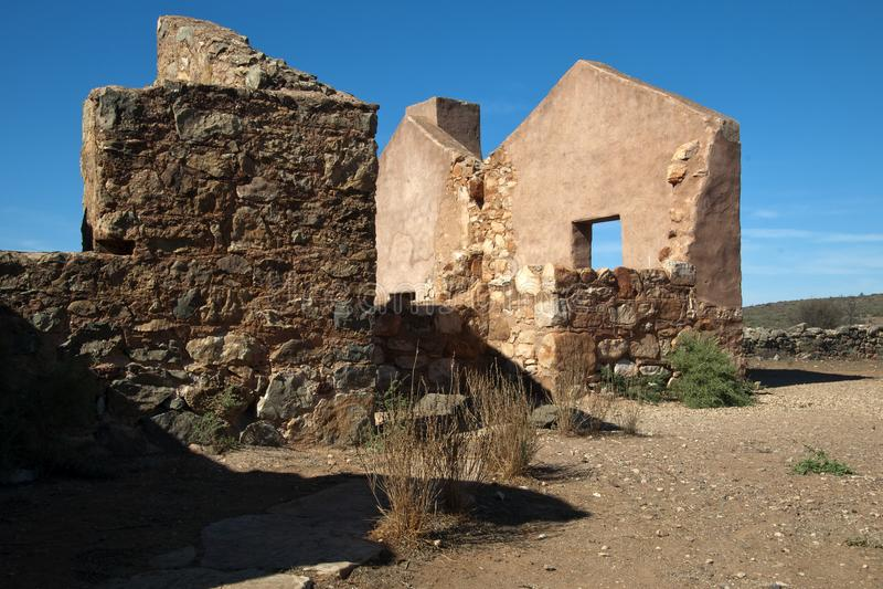 Casa de campo de pedra abandonada dos trabalhadores fotos de stock royalty free