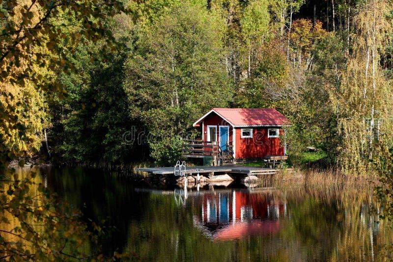 Casa de campo pelo lago imagem de stock royalty free