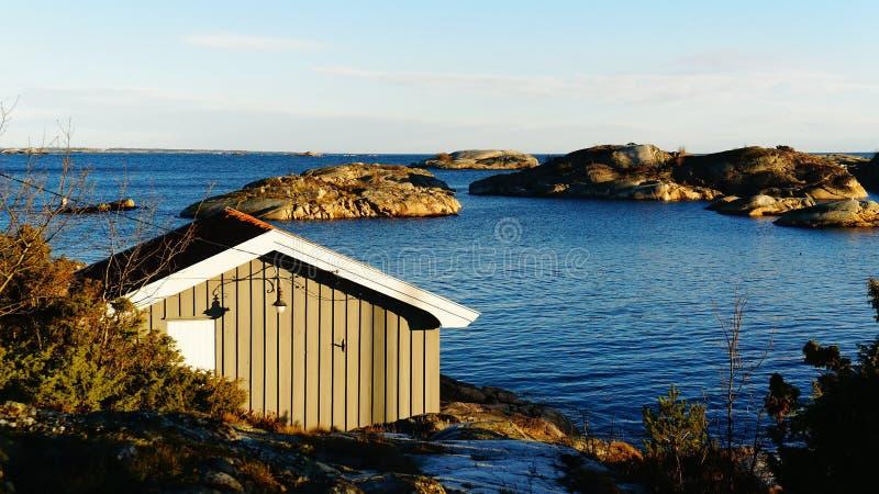 Casa de campo pequena que pesca perto do fiorde imagens de stock