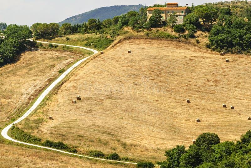 Casa de campo perto de Volterra (Toscânia) foto de stock royalty free