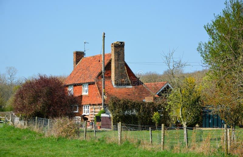 Casa de campo rural destacada do país com gramado & jardim imagem de stock royalty free