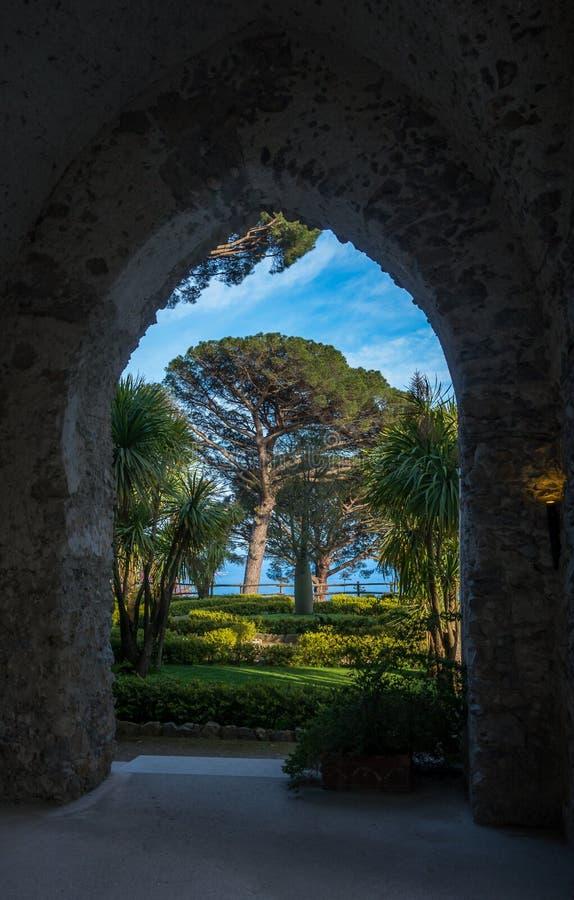 A casa de campo Sightseeing Rufolo e ele é jardins no ajuste do cume de Ravello no litoral o mais bonito de Itália, Ravello, Itál fotografia de stock