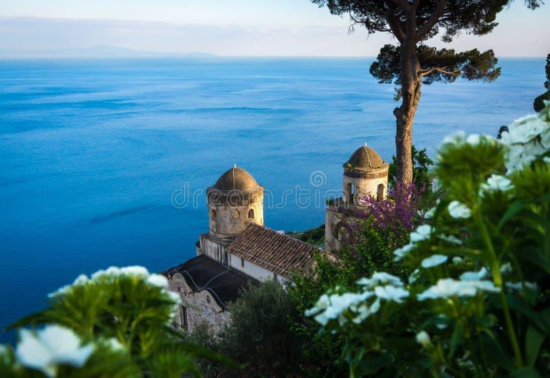 A casa de campo Sightseeing Rufolo e ele é jardins no ajuste do cume de Ravello no litoral o mais bonito de Itália, Ravello, Itál imagem de stock