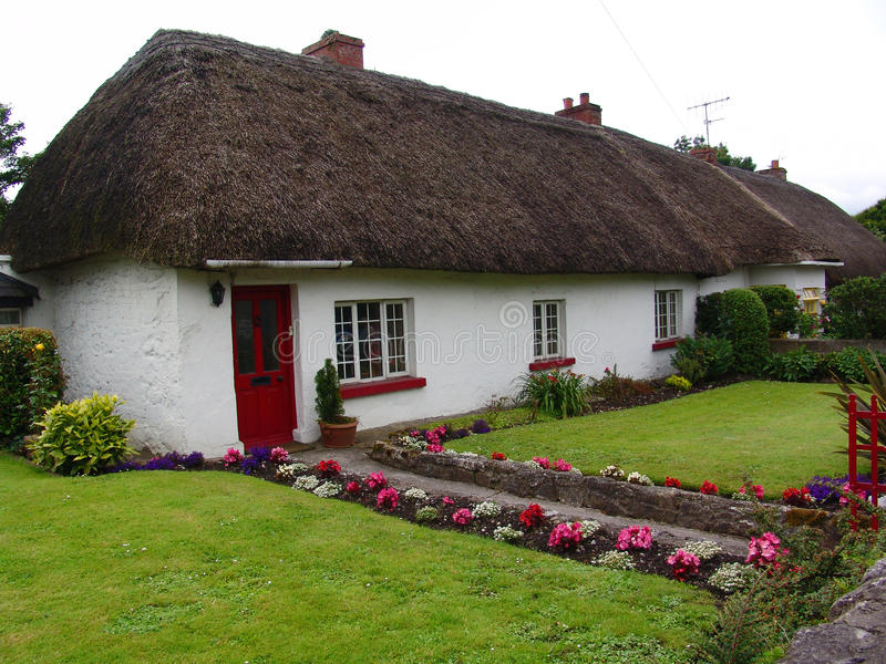 Casa de campo típica do telhado Thatched em Ireland fotografia de stock royalty free
