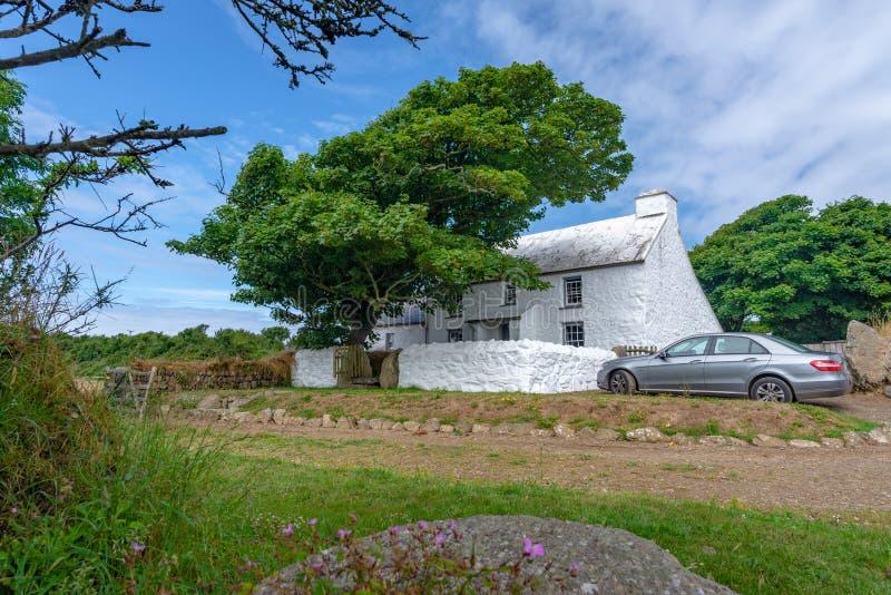 Casa de campo típica no parque nacional da costa de Pembrokeshire, Gales fotos de stock