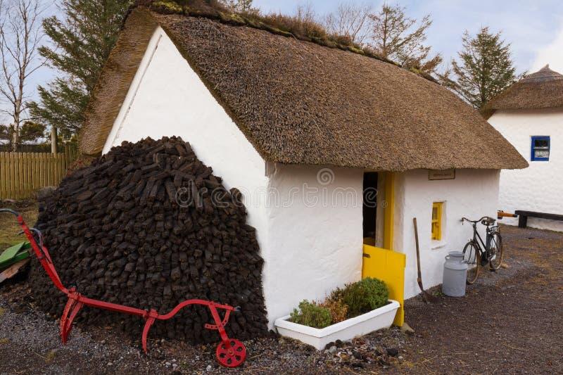 Casa de campo thatched tradicional kerry ireland fotos de stock