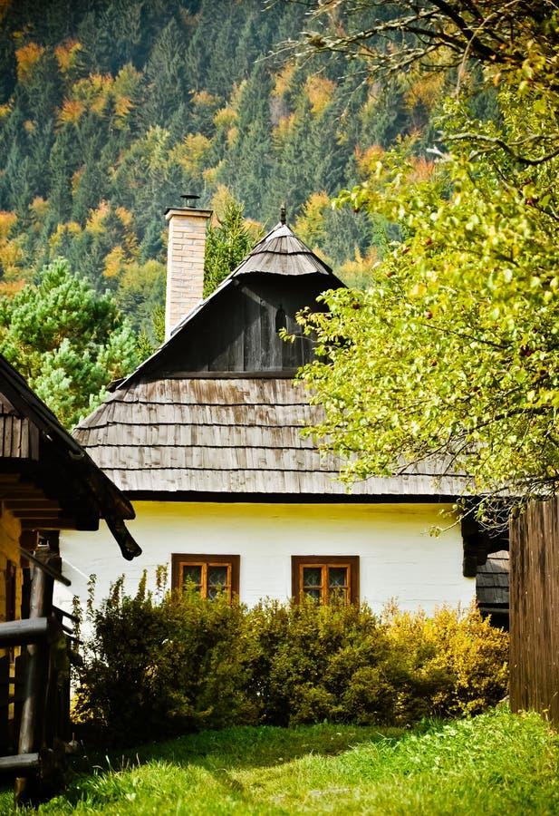 Casa de campo tradicional El otoño imagenes de archivo