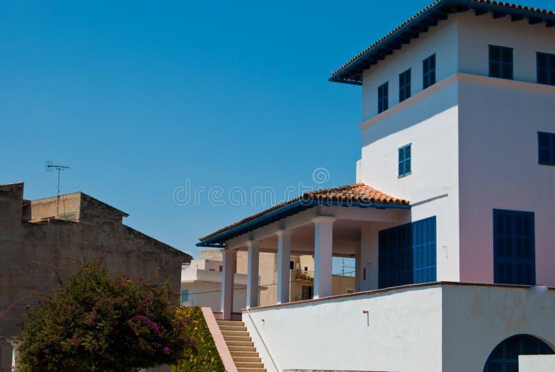 A casa de campo travou para o siesta, cidade de Porto Cristo foto de stock royalty free