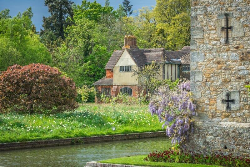 Casa de campo velha em jardins do castelo de Hever fotos de stock royalty free