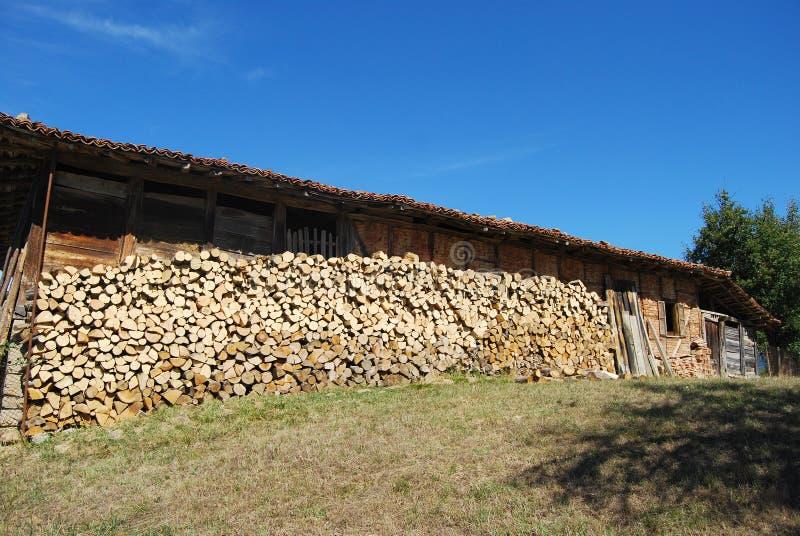 Download Casa De Campo Velha Lenha Empilhada Foto de Stock - Imagem de verde, rural: 26524788