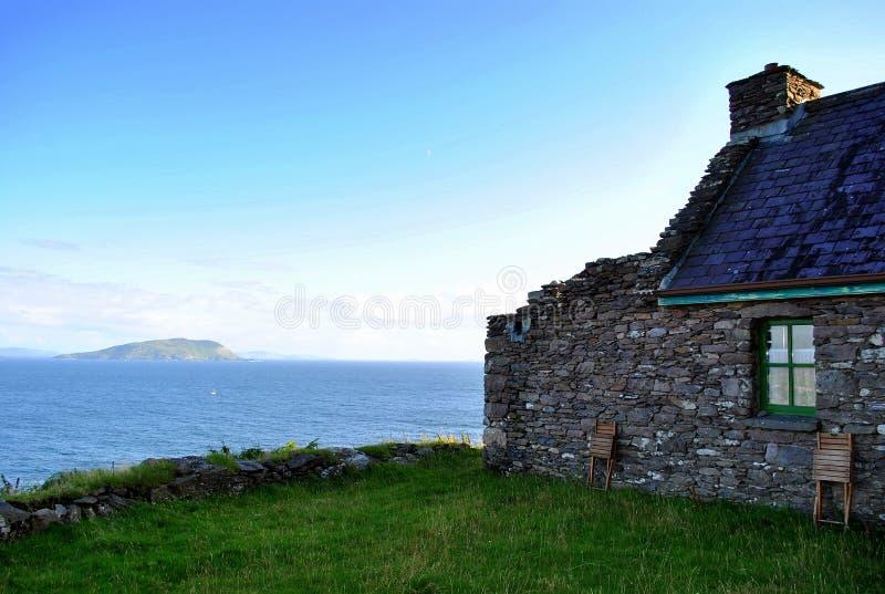 Casa de campo velha pelo mar fotografia de stock