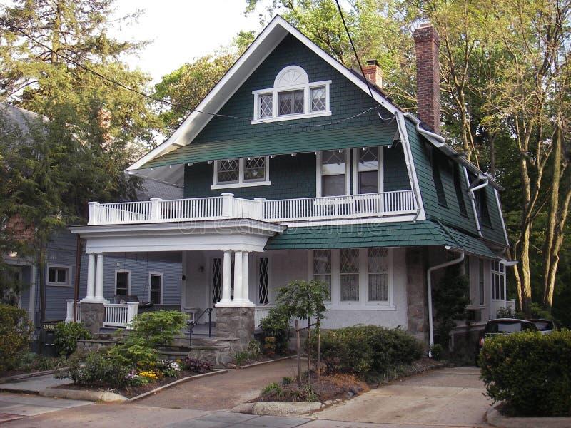 Casa de campo verde imagens de stock royalty free