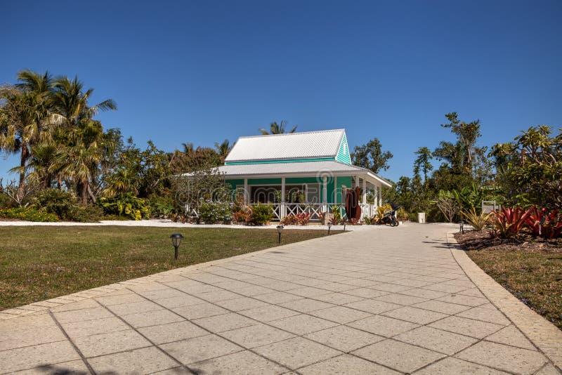 Casa de campo verde-clara do jardim do estilo das caraíbas na Nápoles Botani foto de stock