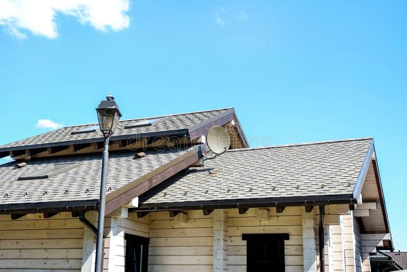 Casa de campo Verdor hermoso de la cabaña del verano en el jardín foto de archivo